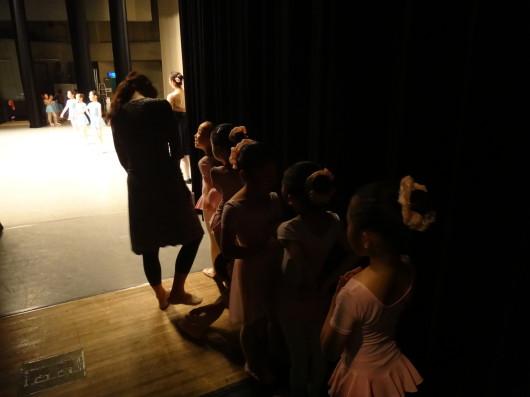 お利口に出番待ちです うまく踊れるかなあ 先生が一番心配です