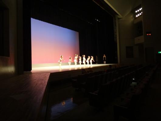 始めての舞台練習 「しーっ」のポーズも 決まりました