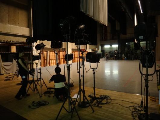 出演者がメイクや衣裳の準備をする間に、舞台では照明や大道具の仕込みです