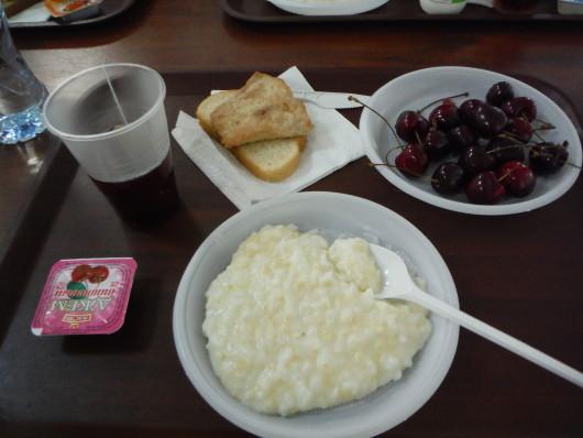 朝食はもちろんカーチャ (ミルク粥)