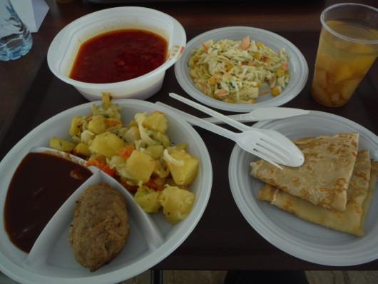 一番ロシア料理らしかった昼食 ボルシチ・ブリヌイなどが出ました