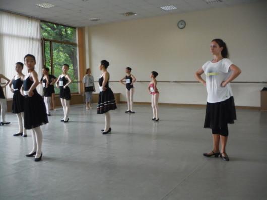 キャラクターのレッスン 美しい先生がエネルギッシュに踊って教えて下さいます