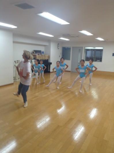 小学校低学年クラスはいつも楽しい踊りがあります。生徒たちもだいぶ慣れて、すぐに動けるようになってきました。