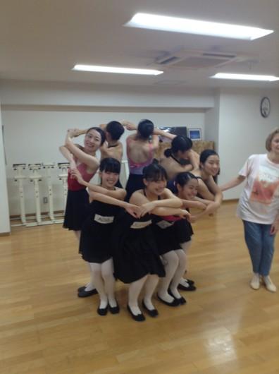 キャラクターレッスンではウクライナの踊りを教えていただきました。最後のポーズはこんな感じです*-*