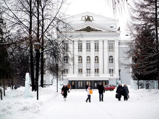 ペルミの劇場です。雪の中の白い劇場、美しい!